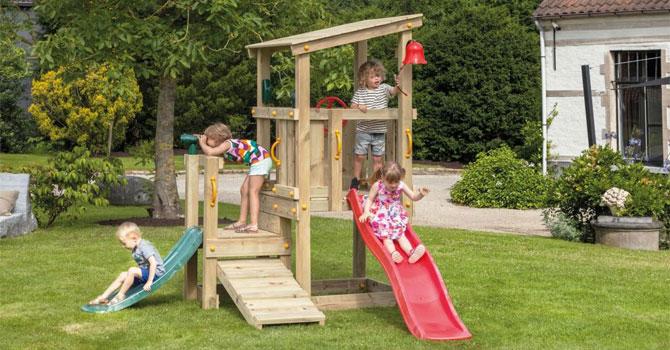 Otroško vrtno igralo Malček je primerno za domačo uporabo. Igralo v svojem sklopu zajema: igralni stolp, dodatno platformo za lažji dostop, naklon, dva tobogana, dodatni prostor pod stolpom – možnost ureditve peskovnika